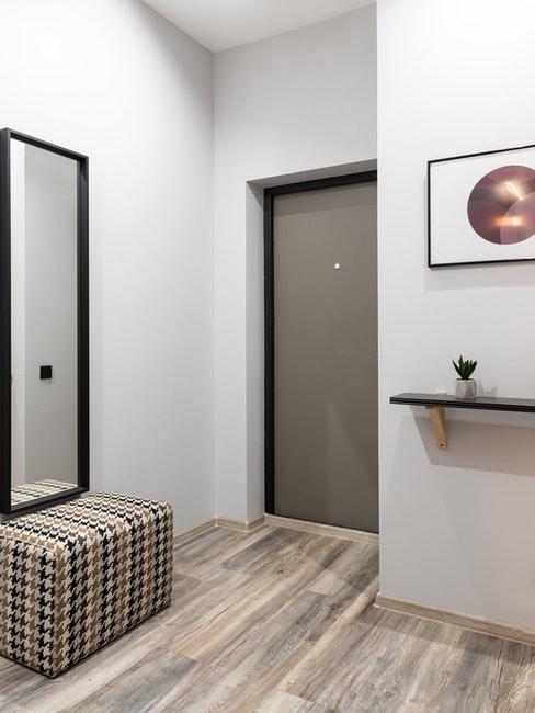 miroir et décoration dans une petite entrée