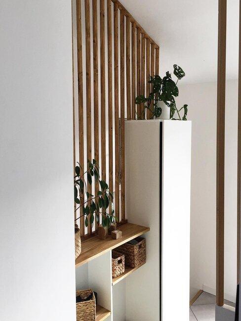 claustra en bois clair dans entrée blanche