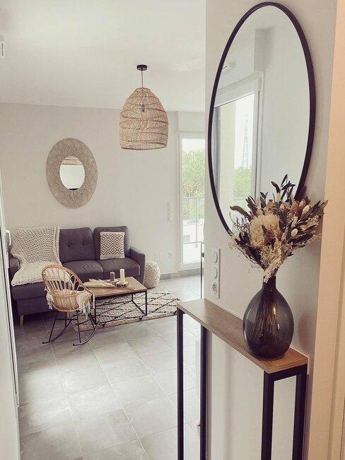 petite console et grand miroir contre un mur