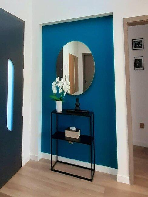 petite entrée avec un mur bleu foncé