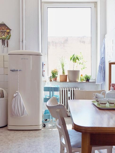 nettoyer le frigo dans une cuisine rustique contemporaine