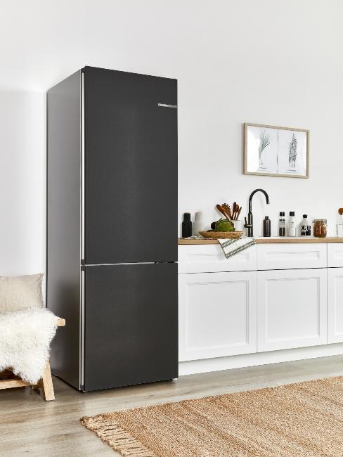 frigo moderne noir dans une cuisine blanche