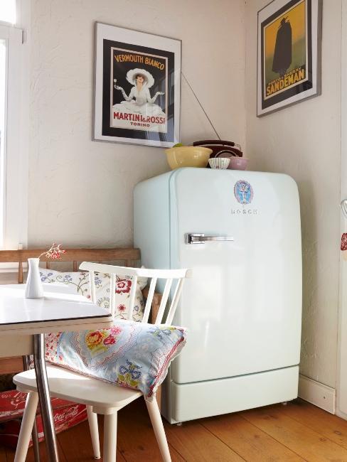 frigo rétro dans une salle à manger rustique