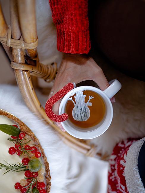 Tasse de thé avec sachet de thé en forme de bonhomme de neige