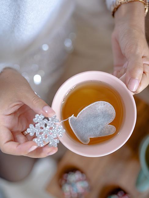 Idée de cadeau gourmand avec tasse de thé avec sachet de thé en forme de gant