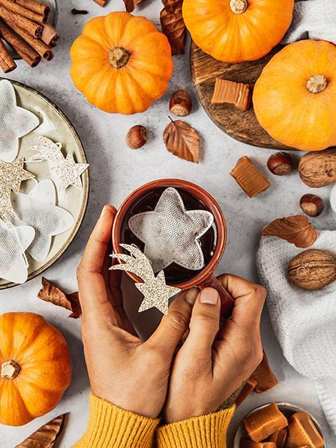 Tasse de thé avec sachet de thé en forme d'étoile