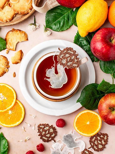 Tasse de thé avec sachet de thé en forme d'écureuil