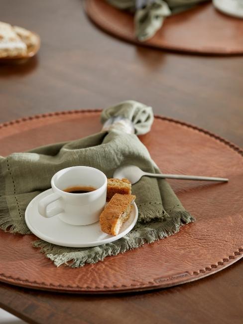 café sur un set de table en cuir