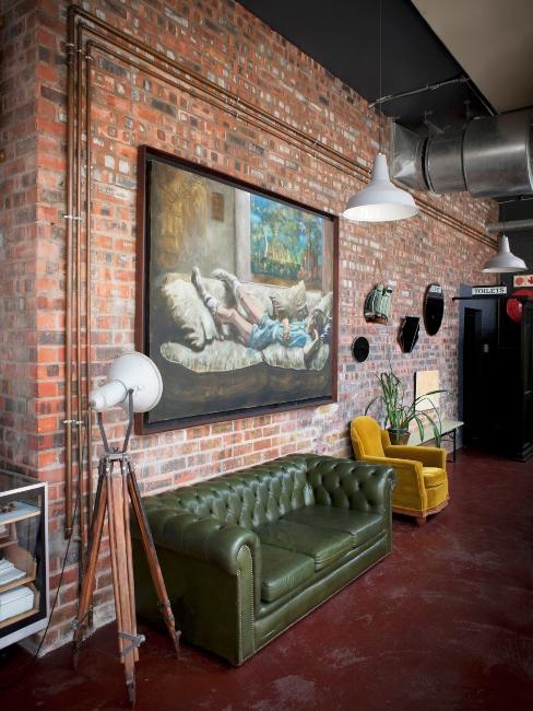salon industriel avec canapé chesterfield, attention à l'entretien du cuir vintage