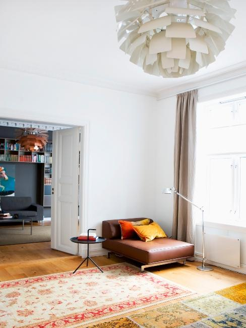 banquette en cuir marron avec coussins dans un grand salon