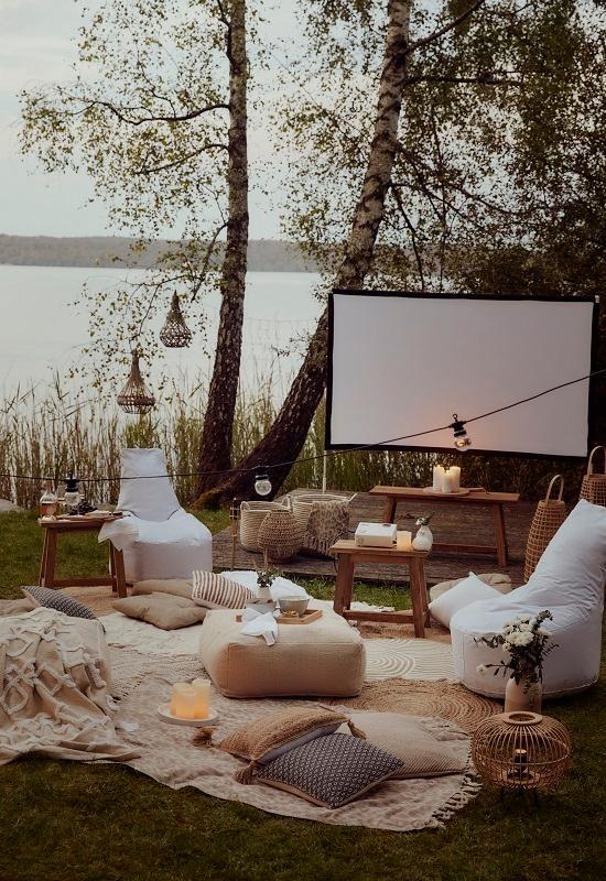 cinéma en plein air chic au bord d'un lac