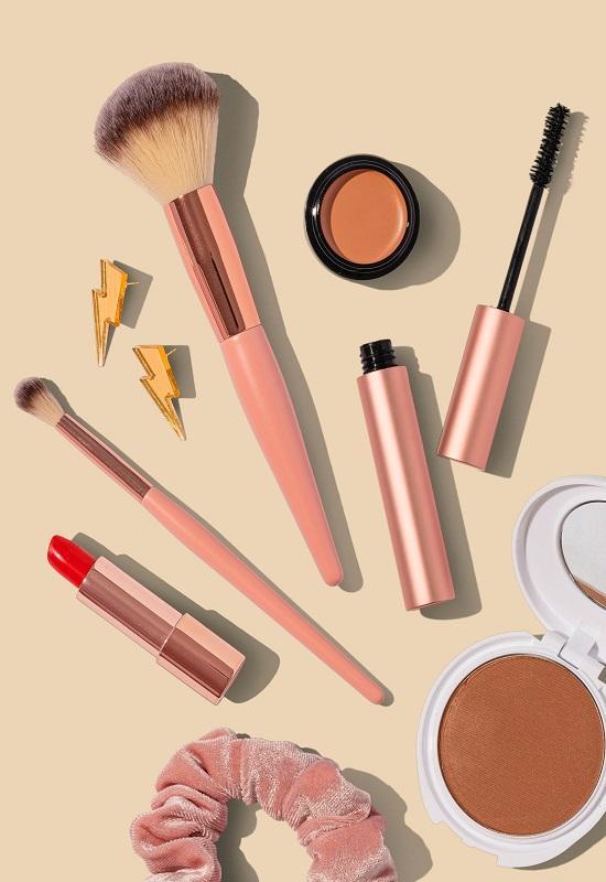 matériel de maquillage sur fond pastel