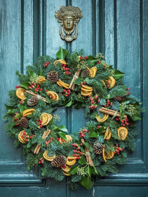 ghirlanda natalizia su porta blu
