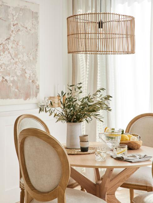 tavolo rotondo con lampadario