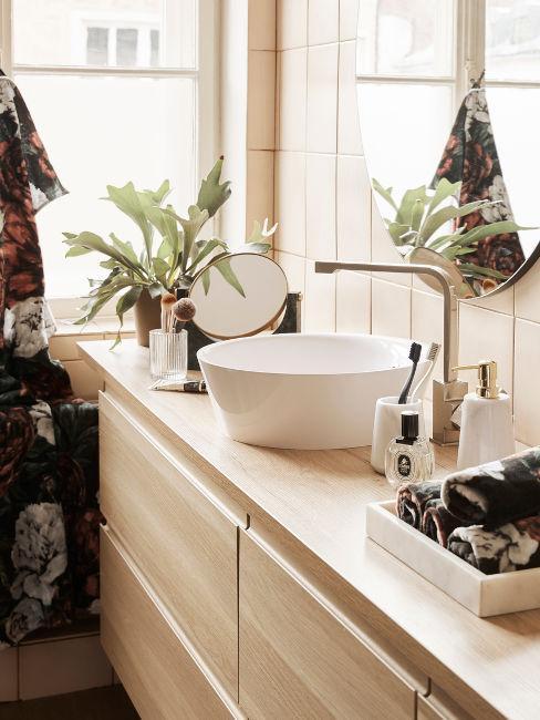 lavandino moderno su mobile in legno chiaro