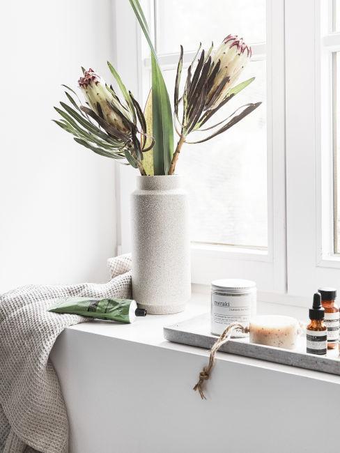 vaso bianco con fiori in bagno