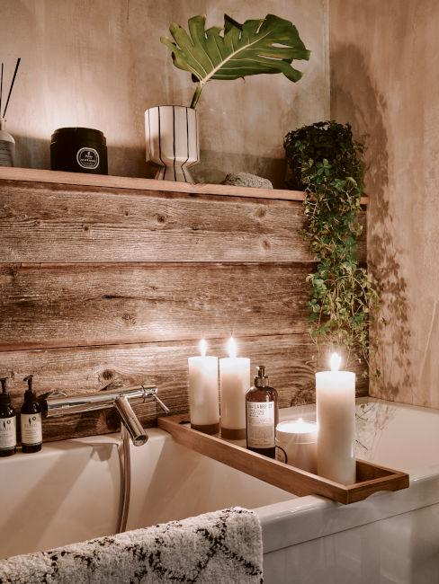 bagno in legno con vasca candele e piante