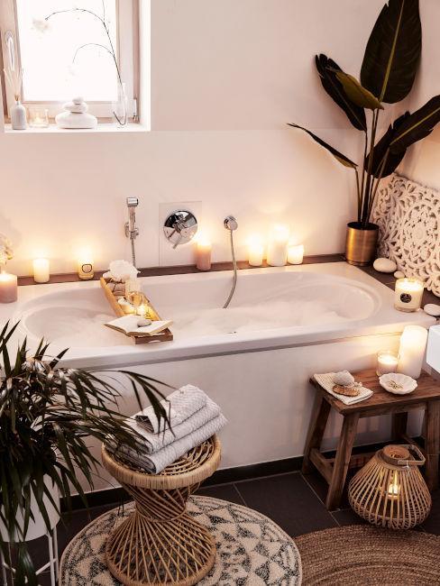 vasca da bagno con candele e piante