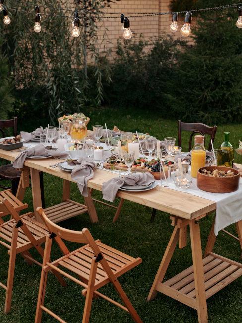 tavola apparecchiata in giardino