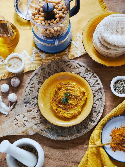 piatti e tovaglie color curcuma