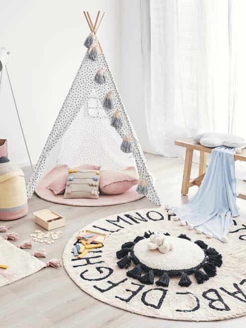 Camera con tenda, cuscini e tappeto tondo