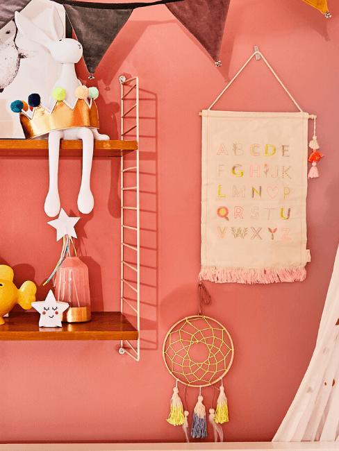 Dettaglio cameretta con parete rosa