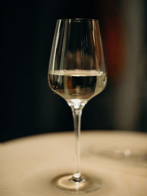 Come pulire le macchie di vino rosso