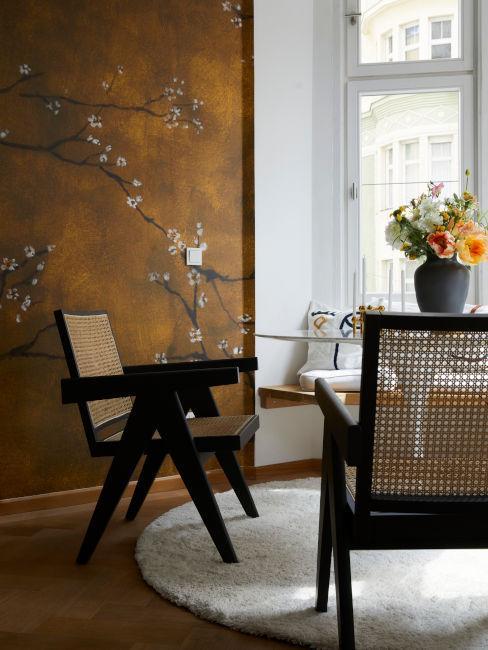 sedie vienna e parete con decori cinesi