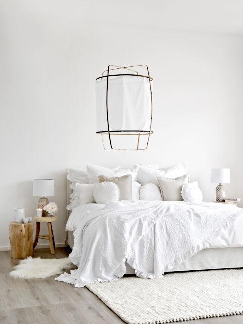 camera da letto bianca con lampadario di carta