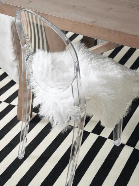 sedia in plexiglas con cuscino in pelliccia sintetica