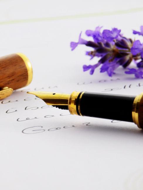 penna stilografica su carta e fiore viola