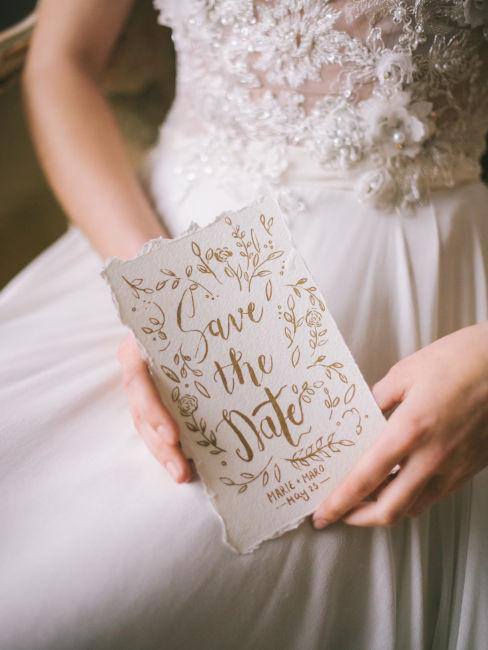 sposa che tiene in mano inviti