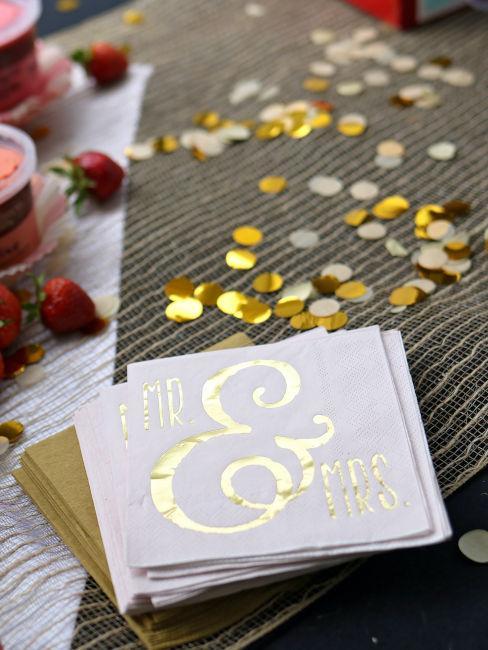 biglietti bianchi con scritta in oro