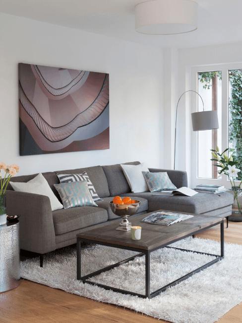Soggiorno moderno con quadro e tavolino rettangolare