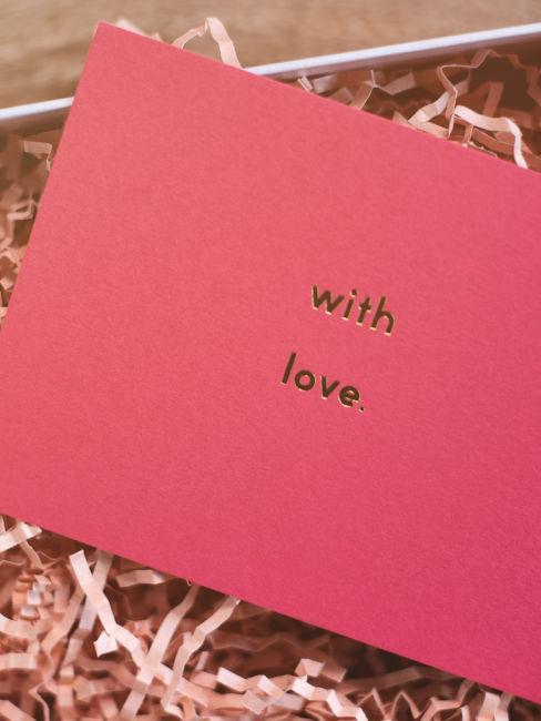 """busta rosa con scritta """"with love"""""""