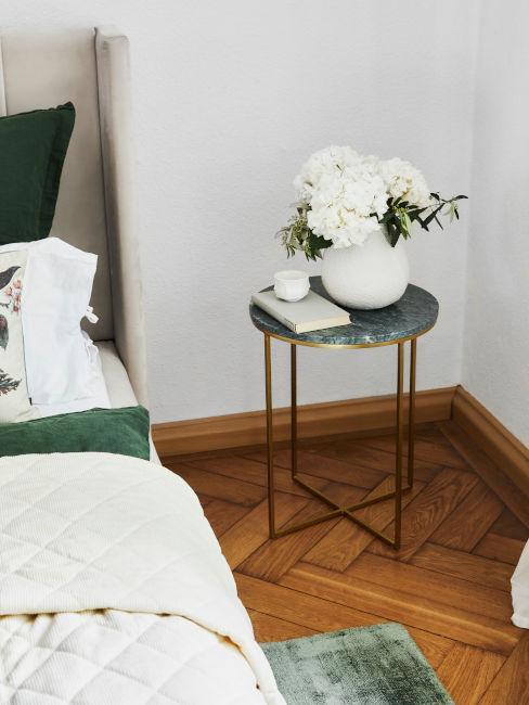tavolino camera da letto con libro e fiori