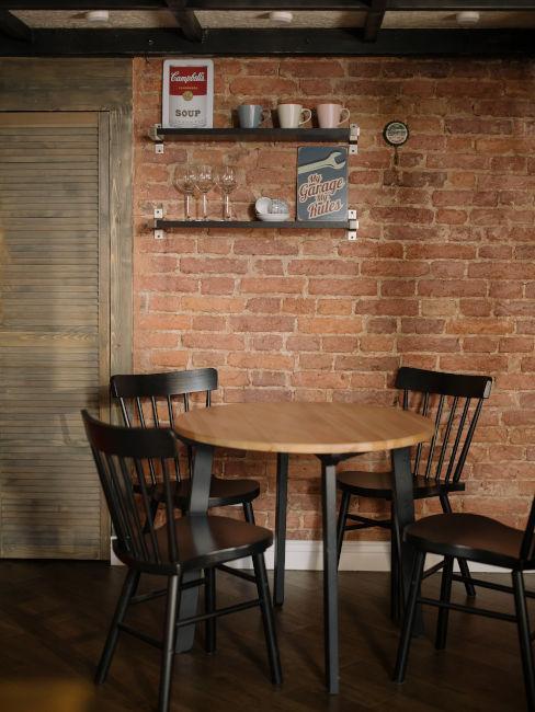 tavolo rotondo in legno con sedie nere
