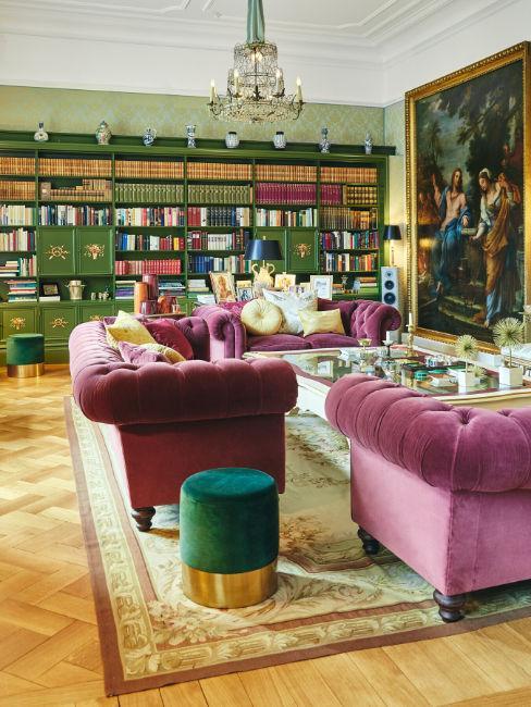Salotto in stile barocco con divani viola e pouf verde
