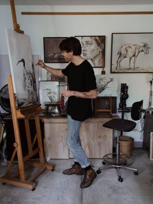 ragazzo che dipinge in piedi