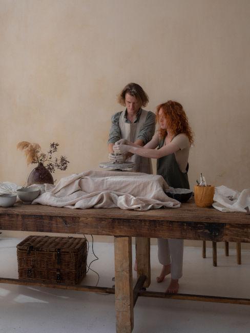 due ragazzi che fanno vasi insieme con argilla