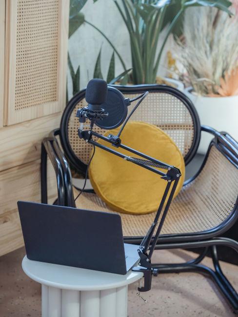 sedia con tavolino e microfono per registrazione musica