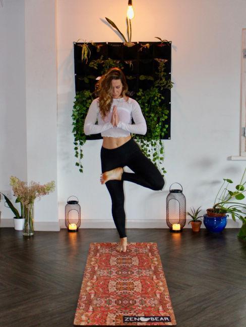 ragazza che pratica yogs su tappettino