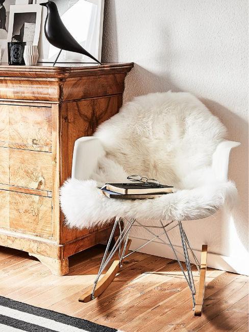 sedia con coperta in pelliccia sintetica