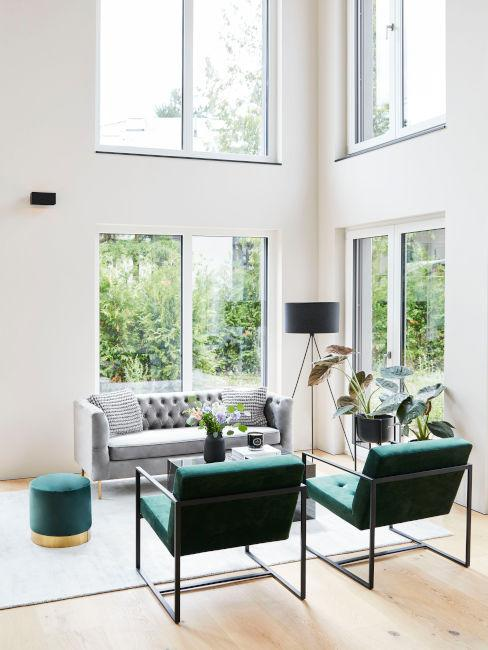 soggiorno moderno con poltrone verde scuro