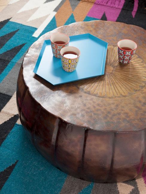 tavolino da soggiorno con tappeto stile etnico