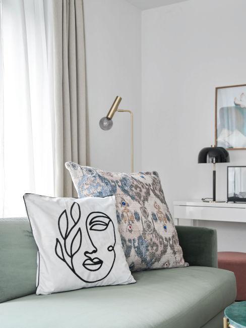 divano verde con cuscini decorativi