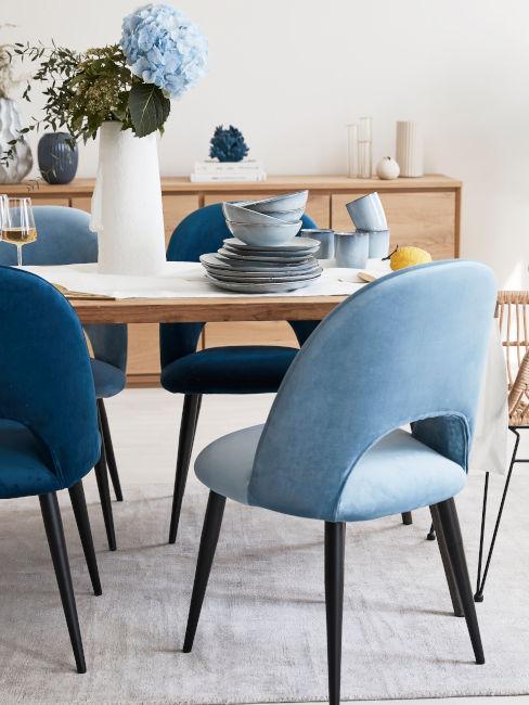 sala da pranzo con sedie blu e azzurre