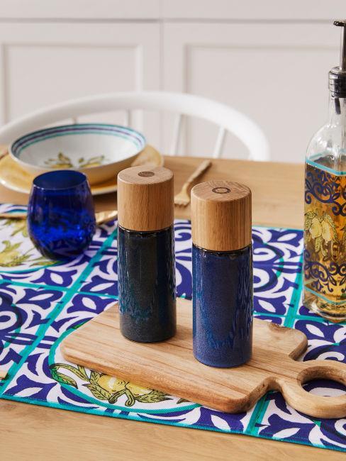 tavola da pranzo con accessori blu