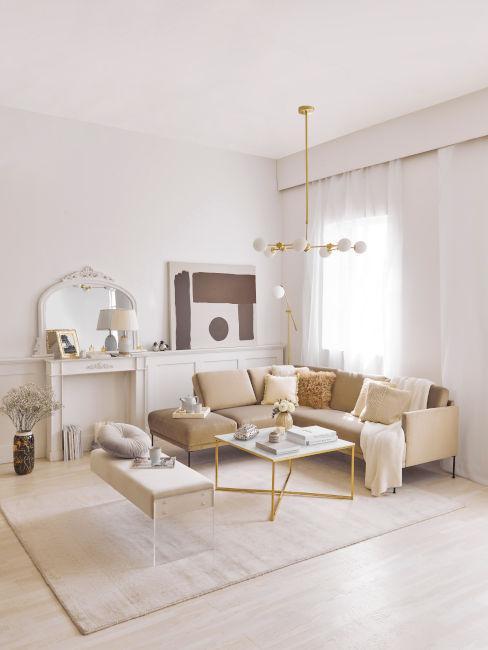 lampadario dorato in soggiorno toni neutri elegante