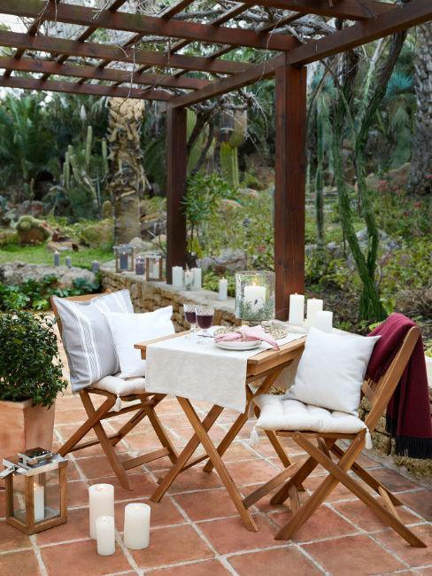 Tavolo e sedie da giardino in legno